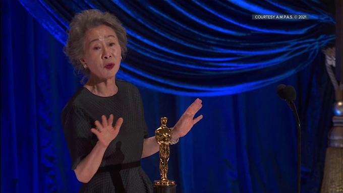 Youn Yuh Jung phát biểu khi nhận giải Oscar.