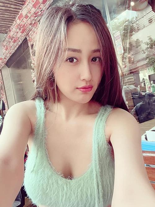 Mai Phương Thúy selfie để lộ vòng một đầy đặn, Noo Phước Thịnh liền vào nhắc mặc thêm áo vào.