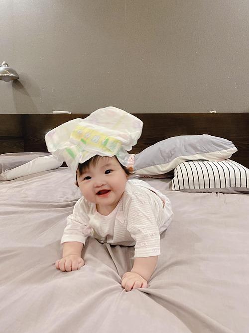Ông Cao Thắng nghịch ngợm biến con thành đầu bếp nhí và hài hước chia sẻ: Khi mẹ vắng nhà còn ba làm stylist. Đấy, đâu cần nơ vẫn xinh nhỉ con gái của ba.