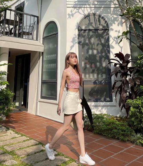 Áo cổ yếm in hoa và chân váy ngắn lại là combo giúp Thiều Bảo Trâm hack dáng hiệu quả và khoe triệt để đường cong.