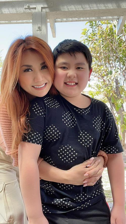 Trizzie Phương Trinh thích con út mũm mĩm nhưng bác sĩ dặn cậu bé phải giảm cân do một năm tăng tới 12kg là quá mức cho phép. Thấy con trai vất vả ăn kiêng, nữ ca sĩ thương nhưng chỉ biết động viên và tin con sẽ giảm cân thành công.