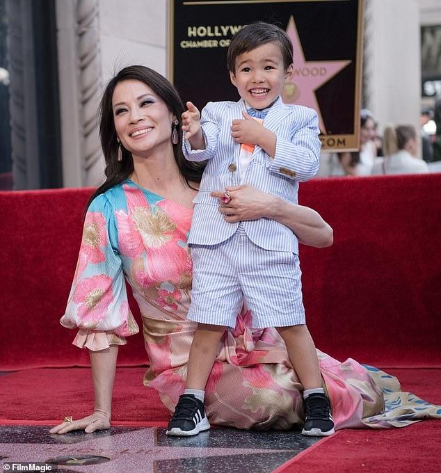 Lucy Liu và con trai Rockwell, 5 tuổi (được Lucy nhờ người mang thai hộ).