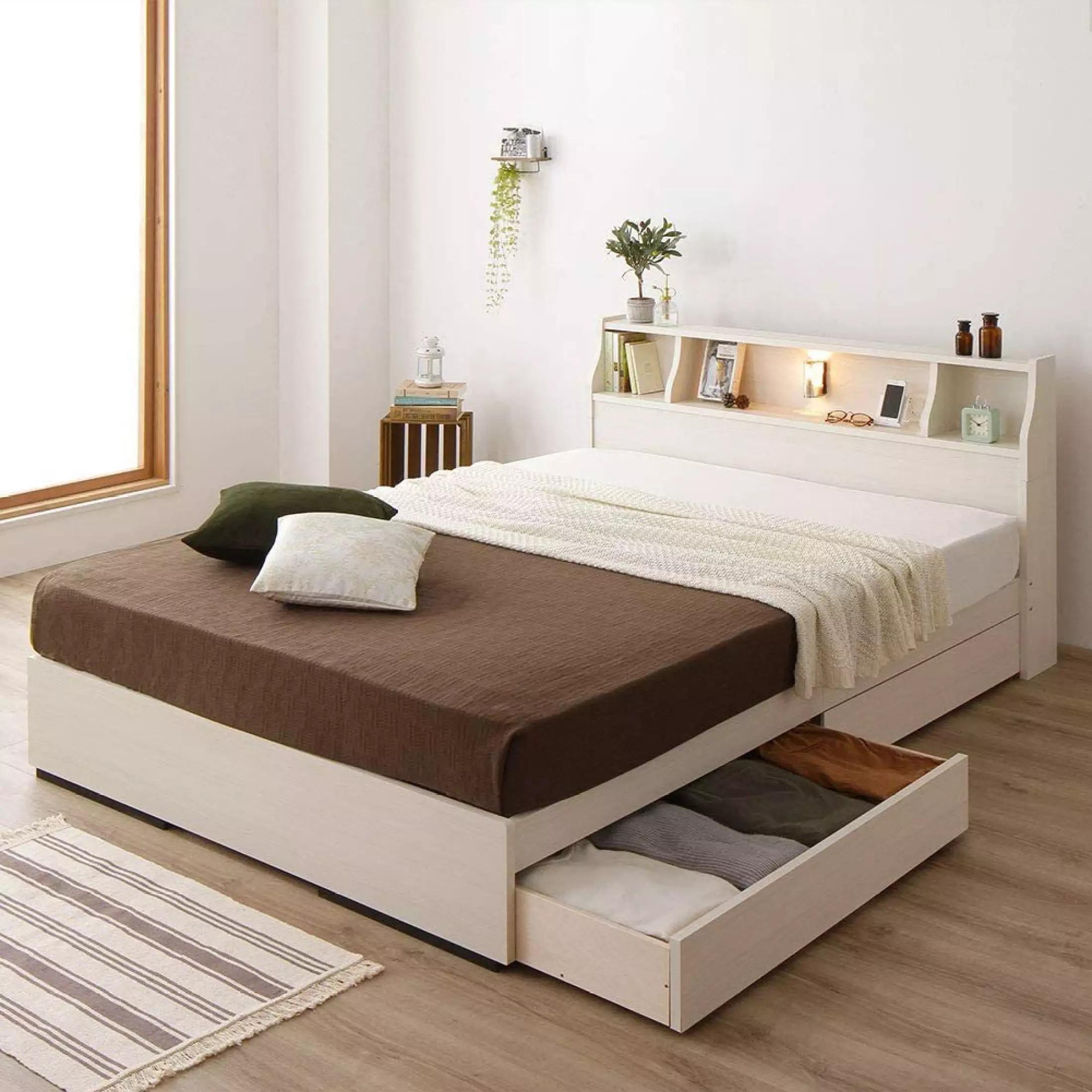 Mẫu giường ngủ bằng gỗ kết hợp kệ đầu giường và ngăn tủ chân giường hiện được nhiều gia đình trẻ ưa chuộng vì không chỉ có thiết kế trang nhã mà còn giúp tiết kiệm diện tích với các ngăn chứa rộng rãi. Giường ngủ gỗ công nghiệp Ohaha-089 làm từ gỗ MDF đạt tiêu chuẩn E1, phủ melamine chống thấm, đã qua xử lý chống cong vênh, mối mọt. Sản phẩm đi kèm hai hộc tủ, dễ dàng tháo lắp khi vận chuyển. Người dùng có thể tùy chọn hướng hộc tủ khi lắp đặt sao cho phù hợp với nơi đặt giường. Kích thước đệm chuẩn 1,4 m x 2 m.