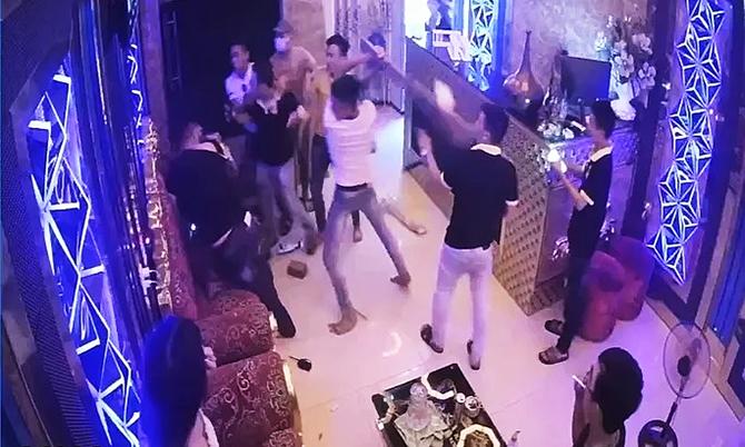 Nhóm thanh niên đánh người được camera quán karaoke ghi lại. Ảnh: Cắt video.