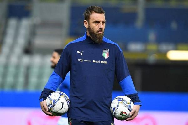 Tiền vệ hào hoa một thời mắc Covid-19 trong lần đầu được bổ nhiệm làm trợ lý HLV tuyển Italy cuối tháng 3. Ảnh: TheAthletic.