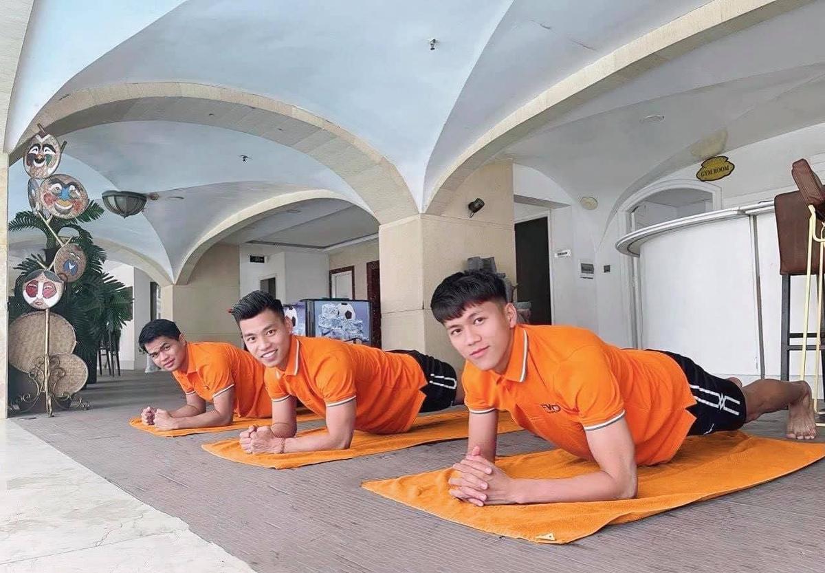 Cầu thủ Văn Thanh cũng tham gia FWD 3Plank thử thách.