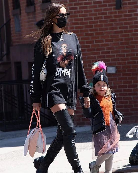 Irina Shayk và bé Lea dạo phố New York trong trang phục đen ton sur ton.