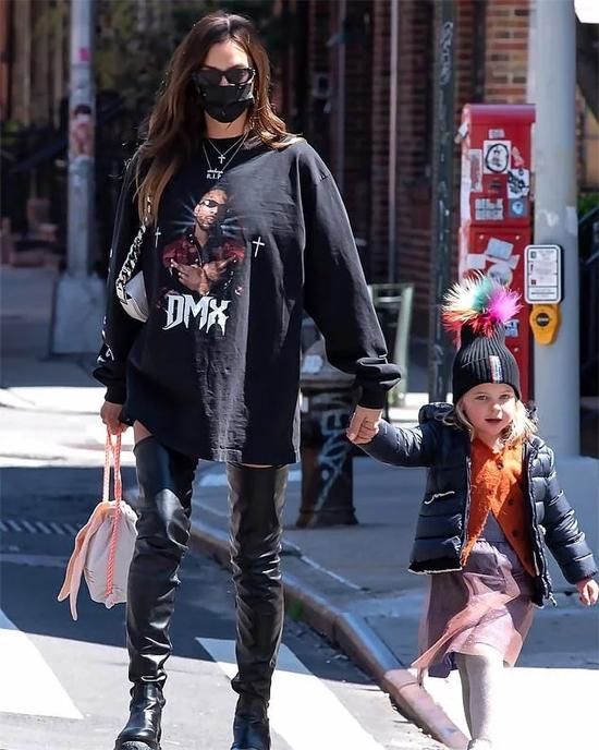 Irina kết hợp bốt cao cổ và áo phông dáng dài trong khi con gái cô được mẹ phối đồ như một fashionista nhí.