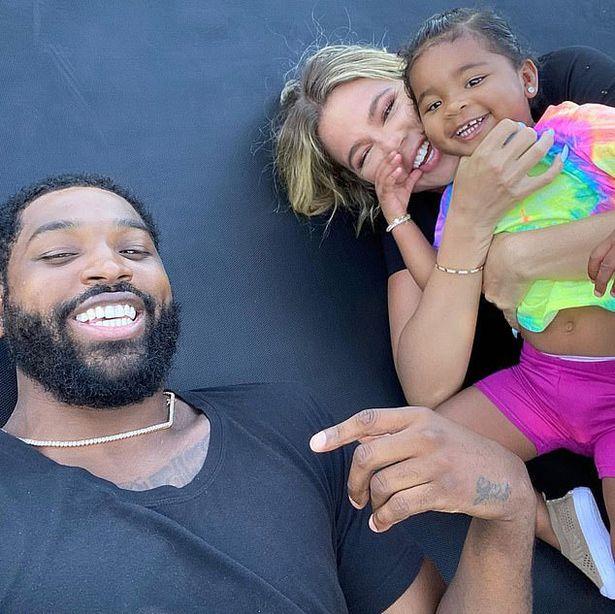 Tristan bên Khloe và con gái.