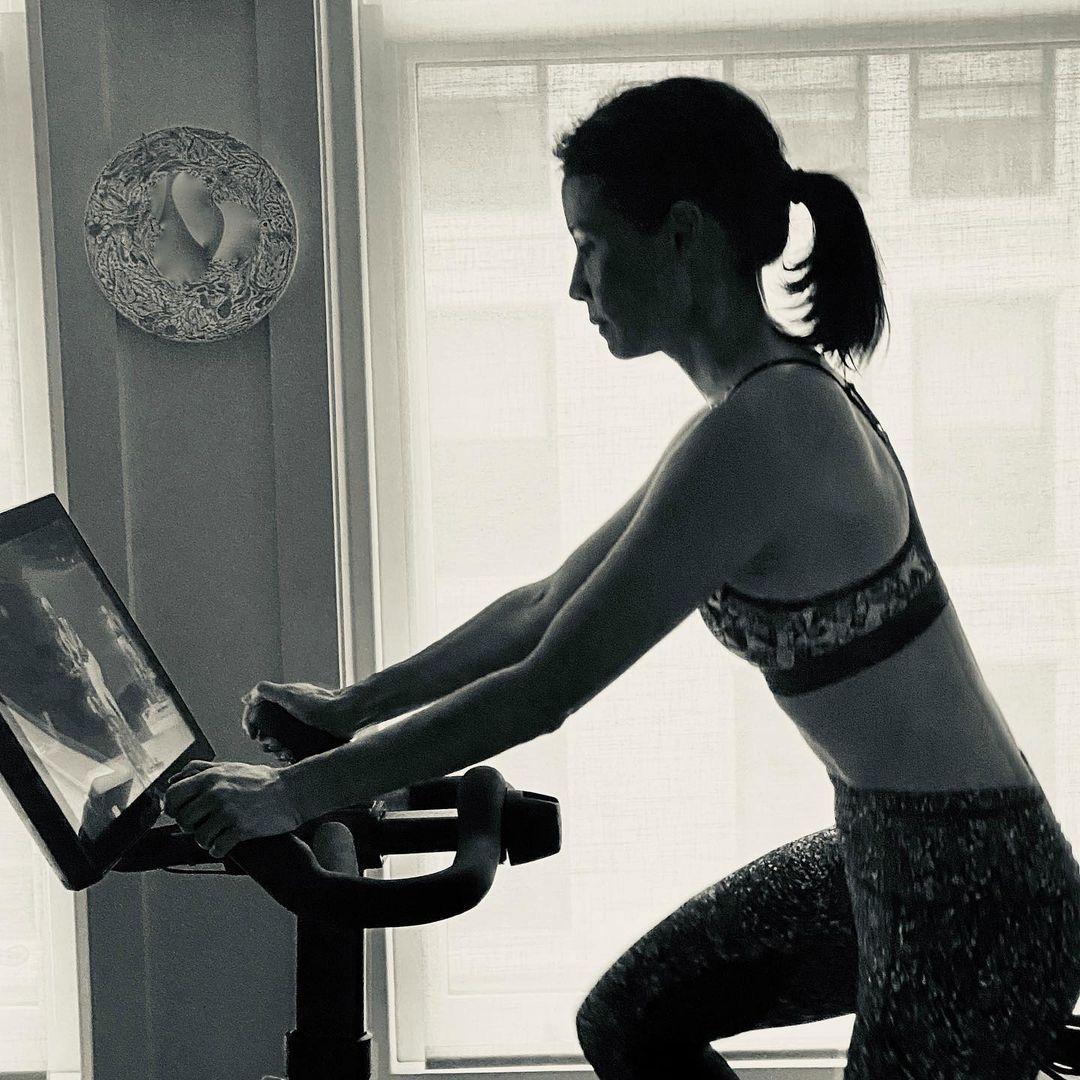 Lucy Liu tập nhiều môn như đạp xe, pilates, thiền định... nhằm giữ gìn sức khỏe tinh thần và thể chất.