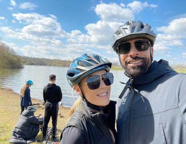 Vợ chồng Ferdinand đi đạp xe cùng ba nhóc Lorenz, Tate và Tia đầu tháng 4. Ảnh: Instagram.