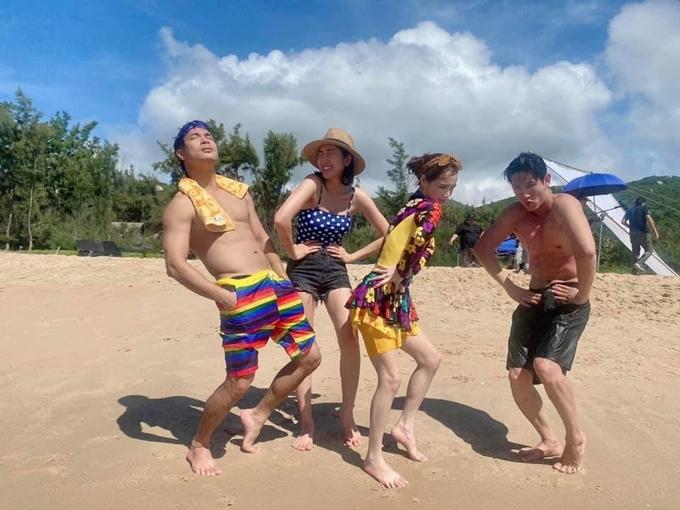 Từ trái qua: Trương Thế Vinh, Thúy Ngân, Nhã Phương, Song Luân quay cảnh phim ở bãi biển Vũng Tàu.