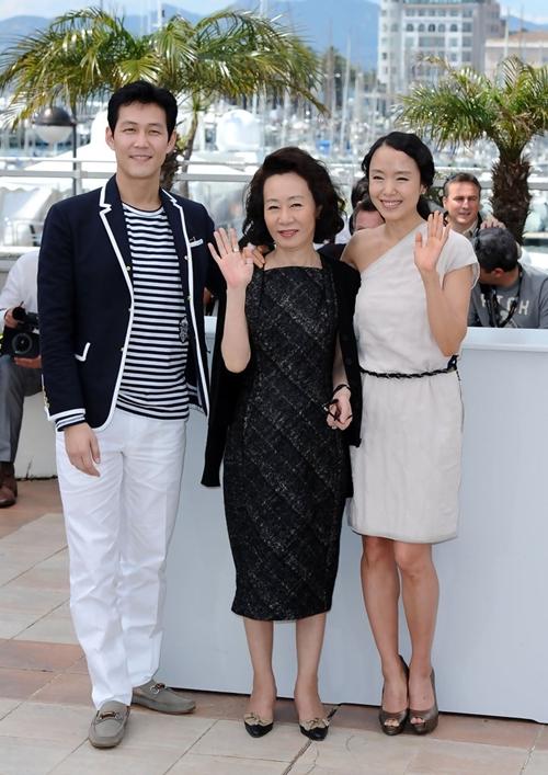 Jeon Do Yeon (phải) cùng Youn Yuh Jung dự LHP Cannes năm 2007.