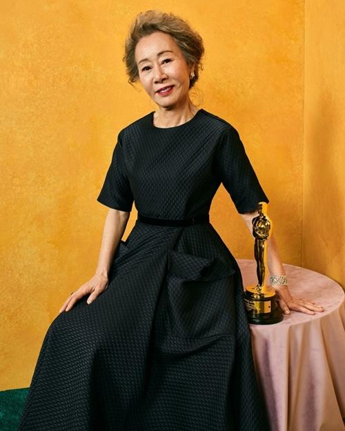 Tấm ảnh Youn Yuh Jung bên tượng vàng Oscar được Song Hye Kyo chia sẻ.