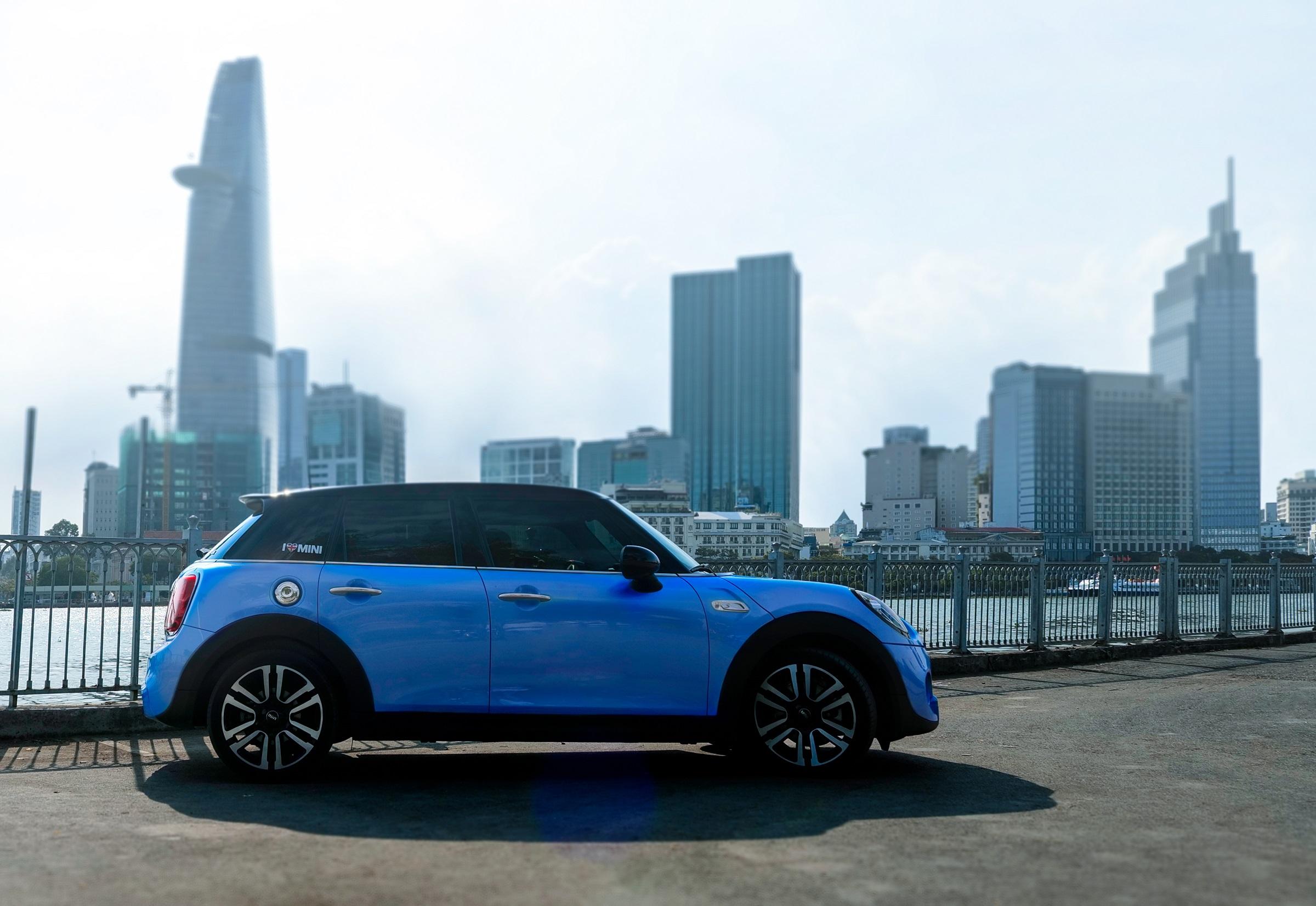 Yếu tố hiện đại và cổ điển được được hãng xe nước Anh hòa trộn đầy tinh tế trong thiết kế nội - ngoại thất của Cooper S 5 Cửa. Ảnh: MINI Việt Nam.