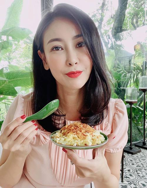 Hoa hậu đùa mình có thể tăng 1 kg vì ăn món xôi nhiều tinh bột.