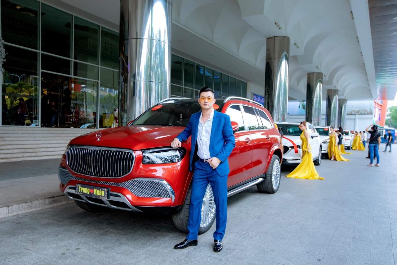 Chồng nữ doanh nhân chụp ảnh bên siêu xe.