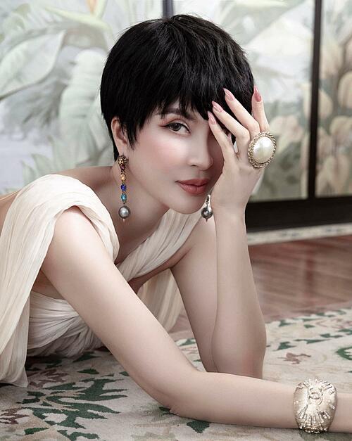 MC Thanh Mai được khen trẻ trung, cá tính hơn khi để tóc tém.