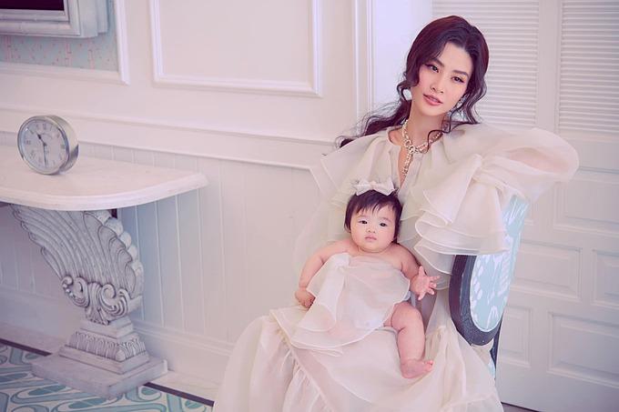 Biểu cảm đáng yêu của bé Winnie khi pose hình cùng mẹ Đông Nhi.