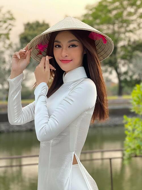 Á hậu Kiều Loan nền nã, thướt tha với áo dài, nón lá.