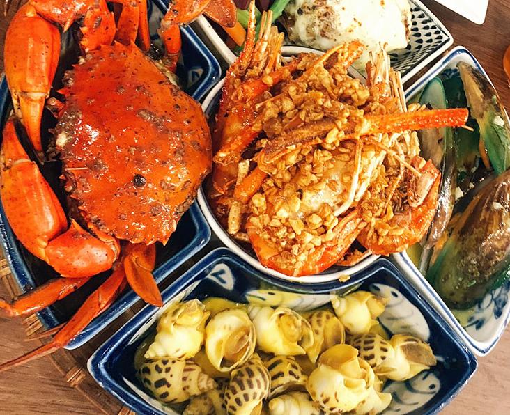 Mẹt hải sản với đủ lựa chọn hấp dẫn phù hợp cho cả gia đình.