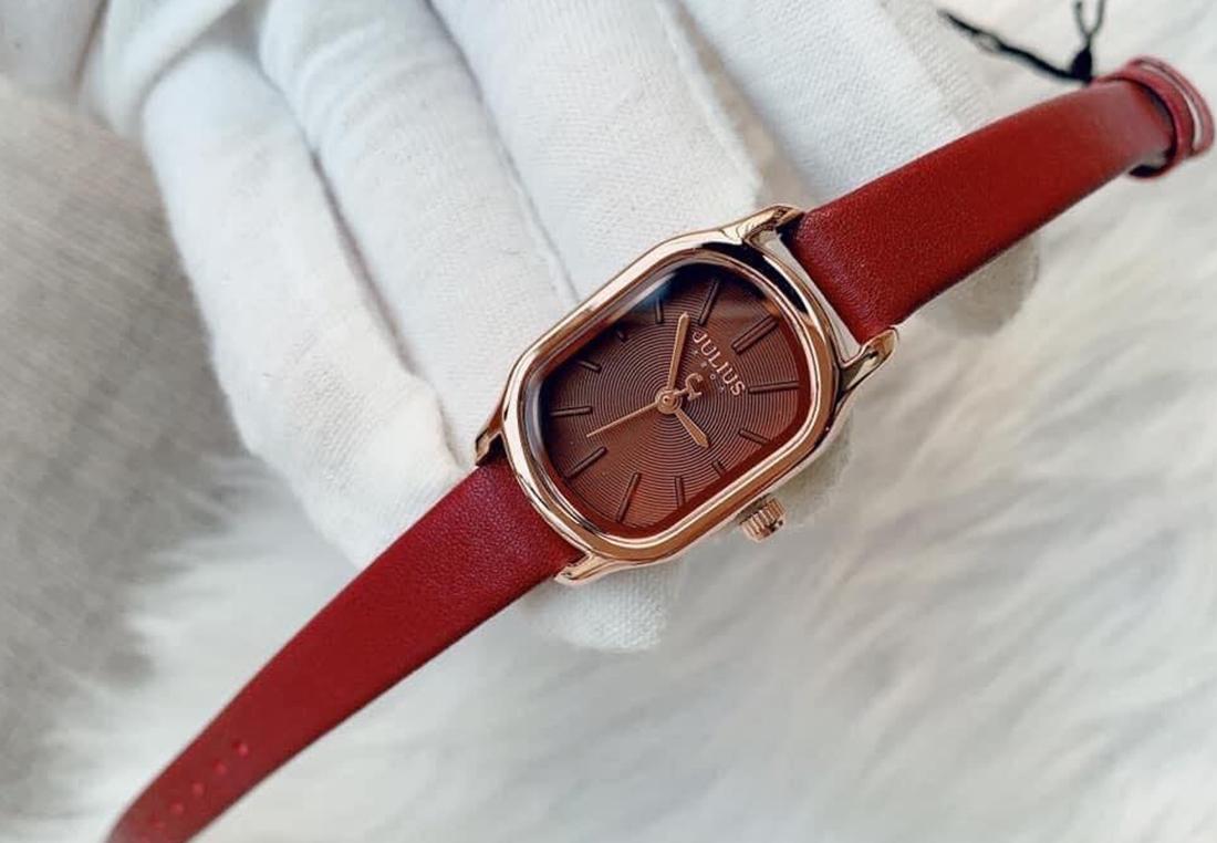 Đồng hồ nữ Julius Oval Hàn Quốc JA-1112D màu đỏ - Đỏ517.000đ(- 42 %)Đường kính mặt đồng hồ 20mm x 30mm, Chiều dài21 cm (phù hợp mọi đối tượng), Mặt kính Mineral Crystal (Kính khoáng), Chống nước Tốt (3ATM)Thay dây đồng hồ miễn phí 1 lần, thay pin miễn phí trọn đời, vận chuyển miễn phí hàng bảo hành, bảo hành 1 năm, hậu mãi 3 năm sửa chữa với chi phí thấp. Đổi trả hàng lỗi do sản xuất đổi trả trong 1 tháng