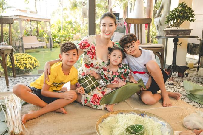 Giống truyền thống gia đình, hoa hậu cũng truyền tình yêu bếp cho các con nhỏ. Dịp Tết, cô hướng dẫn các con cùng gói bánh chưng với mình.