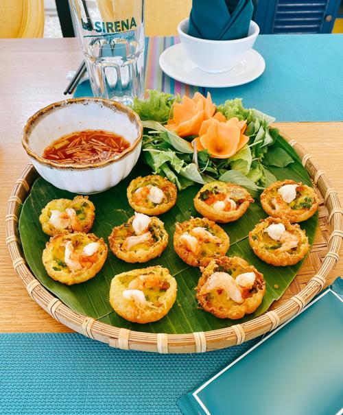 Thành quả bánh khọt của 4 mẹ con trông ra gì và này nọ với màu vàng ươm, được ăn kèm các loại rau sống, nước chấm mắm chua ngọt.