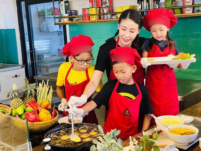 Trong dịp đi chơi, Hà Kiều Anh chỉ các con cách đổ bánh khọt tôm thịt. Các em bé đều hứng thú khi được làm món bánh truyền thống của dân tộc.