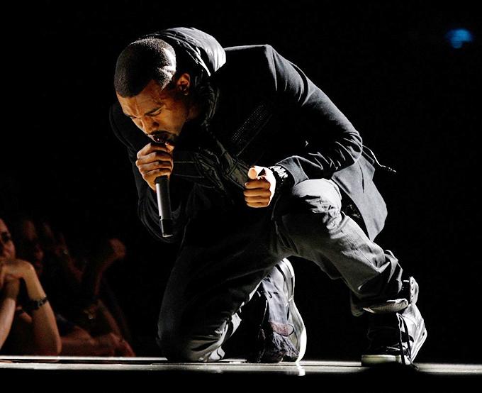 Kanye West cùng thiết kế Air Yeezy ghi dấu tại Grammy 2008.