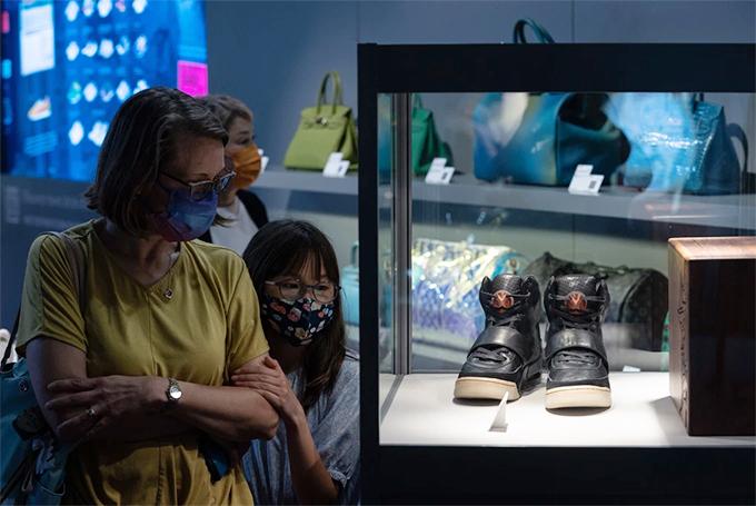Đôi giày của Kanye West được trưng bày ở Hong Kong vào tháng này trước khi bán.