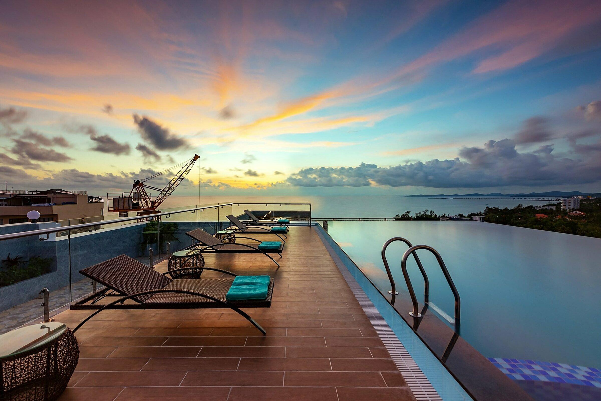 Khách có thể ngắm cảnh biển và thành phố Phú Quốc từ bể bơi trên sân thượng của khách sạn.