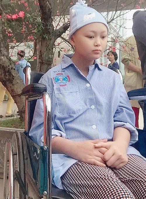 Chỉ sau 3 tháng, mắt Linh đã không nhìn thấy, liệt nửa người trái.