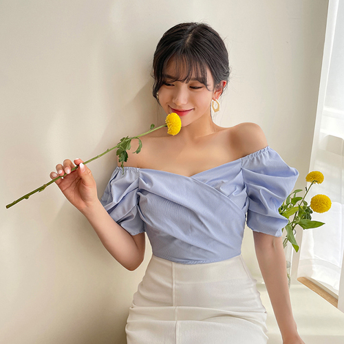 Áo trễ vai cho nàng vóc dáng mảnh mai còn được chăm chút về phom dáng để tạo điểm nhấn cho phần tay áo, ngực áo.