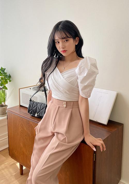 Khác với những cô nàng yêu sự đơn giản với combo quần jeans - áo thun là trường phái điệu đà cùng các mẫu áo kiểu, áo thiết kế tôn nét trang nhã.