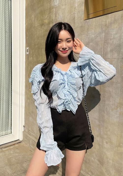 Áo blouse mùa hạ được thiết kế trên nhiều chất liệu mềm, mỏng, vừa tôn nét sexy vừa tao cảm giác thoải mái cho người mặc.