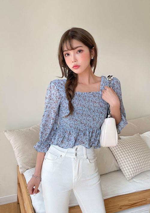 Hoà cùng xu hướng sử dụng hoạ tiết hoa trên trang phục mùa mốt mới, các mẫu áo blouse còn được thiết kế trên vải chiffon.