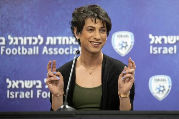 Nữ trọng tài chuyển giới Sapir Berman trong buổi họp báo hôm 27/4. Ảnh: AP.