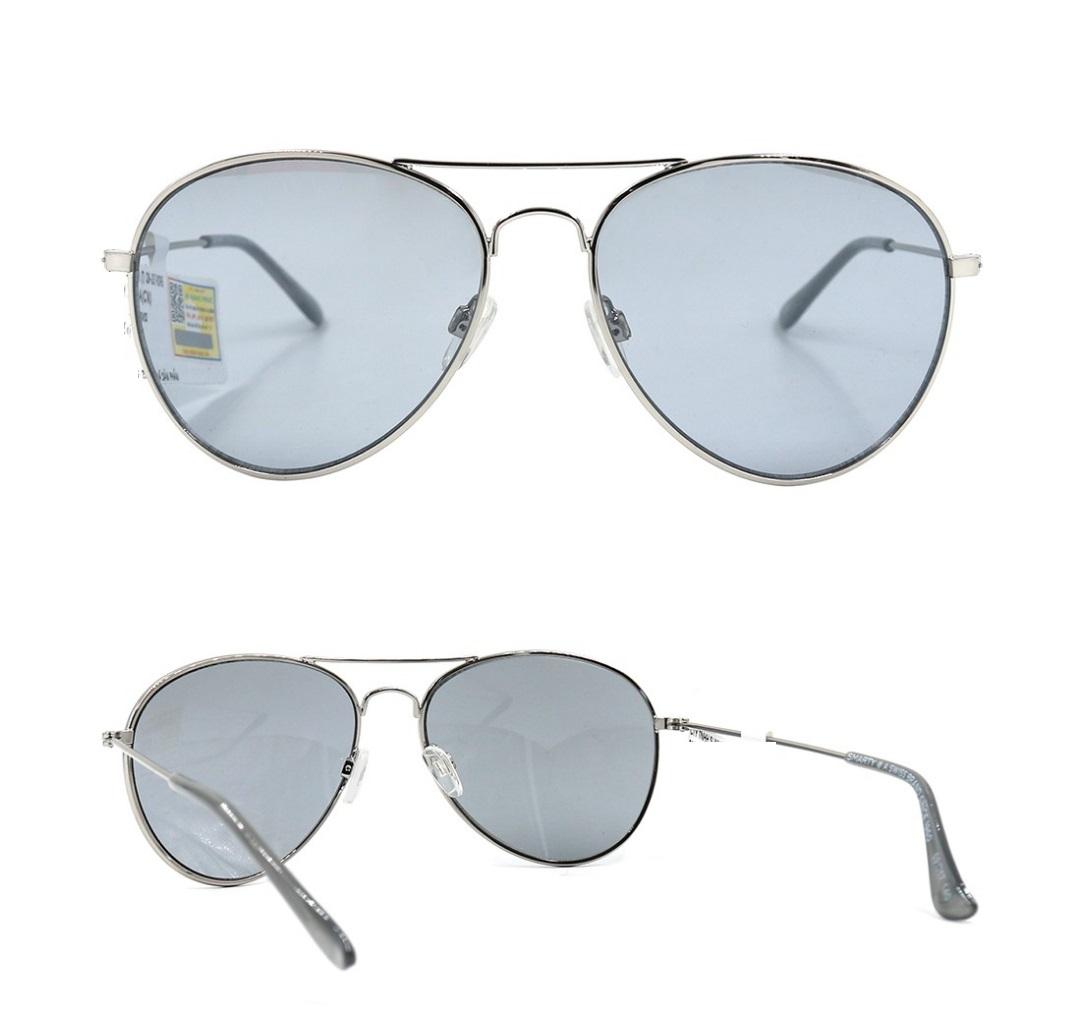 Kính mát Smarty X1909 A với tông màu xanh nhạt lạ mắt, hiện có giá giảm 35% còn 617.000 đồng (giá gốc 950.000 đồng). Dáng gọng lấy cảm hứng từ kính phi công với phần tròng bo cong, hợp với những gương mặt góc cạnh, giúp dáng mặt thêm hài hòa.