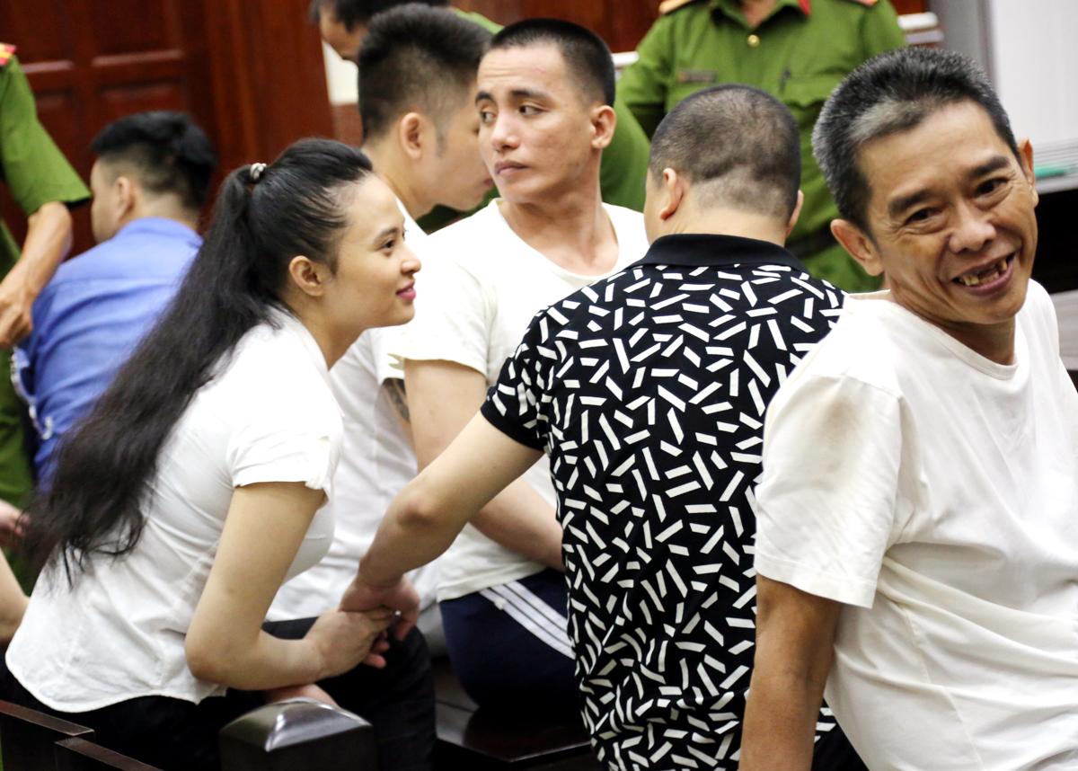 Ngọc Miu và người tình Văn Kính Dương nhiều lần nắm tay động viên nhau sau đó trao nhau nụ hôn cuối trước khi tòa tuyên án. Ảnh: CTV.