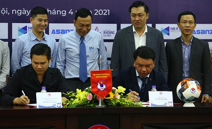 Đại diện VFF và nhà tài trợ ký hợp đồng tài trợ cho giải hạng Nhì quốc gia 2021. Ảnh: Đương Phạm.