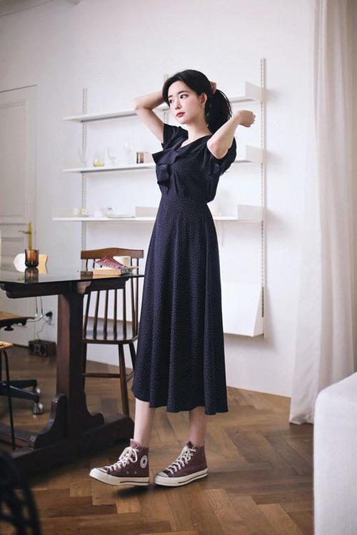 Ngoài sandal quai mảnh, các loại giày đế bệt, giày vải là phụ kiện phù hợp với váy mùa hè. Nó giúp cho đôi chân của phái đẹp có được sự thông thoáng.