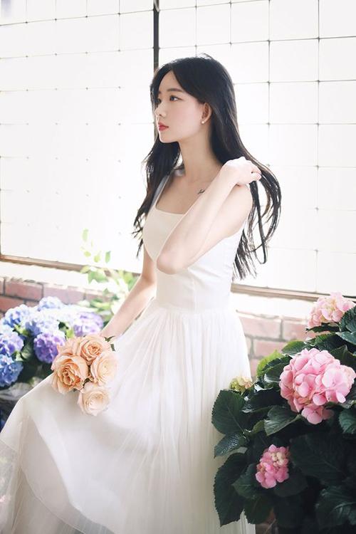 Váy hai dây, tông trắng trang nhã không chỉ giúp người mặc tôn vai thon mà còn góp phần giải nhiệt một cách hiệu quả.