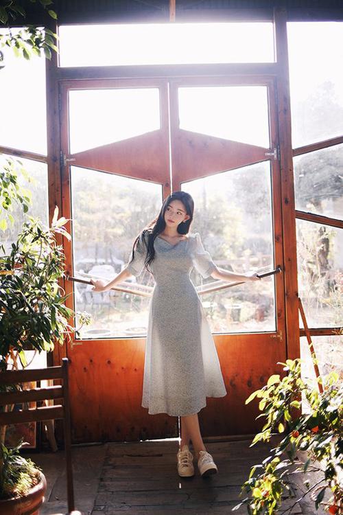 Vào mùa hè, các dáng váy cổ điển thường được thể hiện trên những chất liệu mềm mại, tạo cảm giác dễ chịu và thoải mái cho cơ thể.