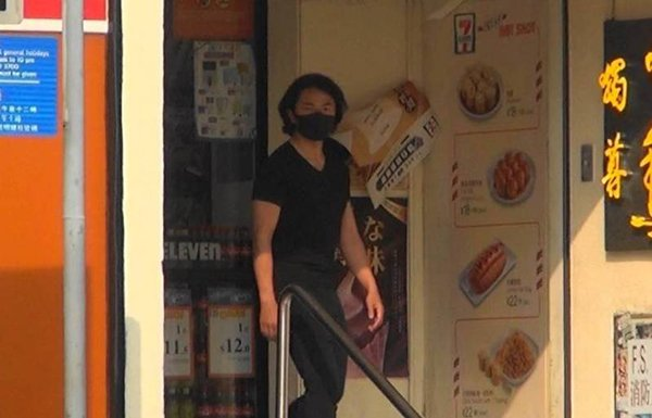 Trịnh Y Kiện xuất hiện tại một nhà hàng ăn nhanh hôm 27/4.