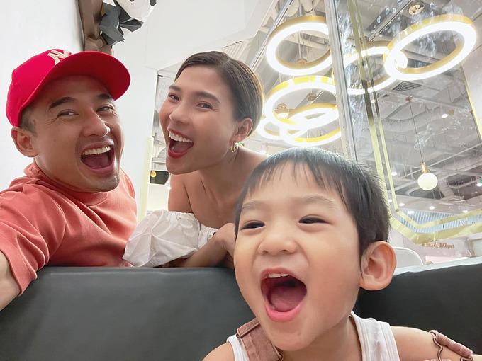 Vợ chồng Lương Thế Thành - Thúy Diễm vui nhộn bên con trai.