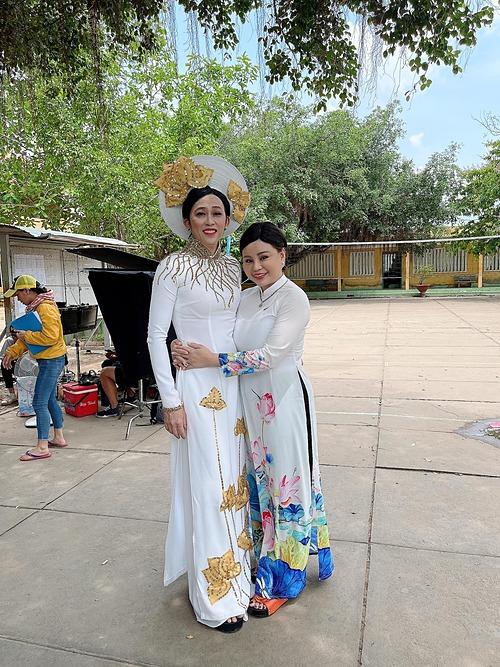 Hoài Linh diện áo dài giả gái pose hình cùng Lê Giang tại hậu trường một buổi ghi hình. Nam nghệ sĩ được khen eo thon, mảnh mai hơn cả đàn em.