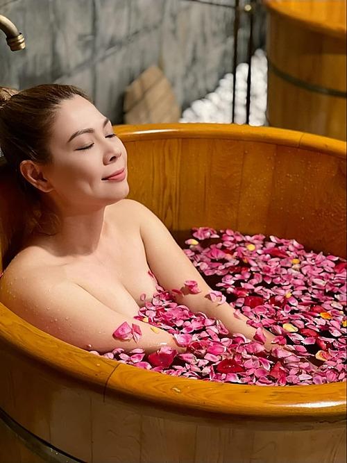 Thanh Thảo khiến nhiều bạn bè, khán giả bất ngờ vì đăng ảnh thư giãn khi tắm lá thuốc của người Dao Đỏ trong du lịch nghỉ dưỡng tại một resort sang chảnh ở Sapa.