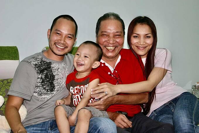 Ca sĩ Hồng Ngọc chia sẻ chụp cùng bố và tâm sự rất nhớ ông. Cô viết: 13 năm trước, Hồng bố cười tít mắt. Sắp 5 năm giỗ Hồng bố. Nhớ bố.