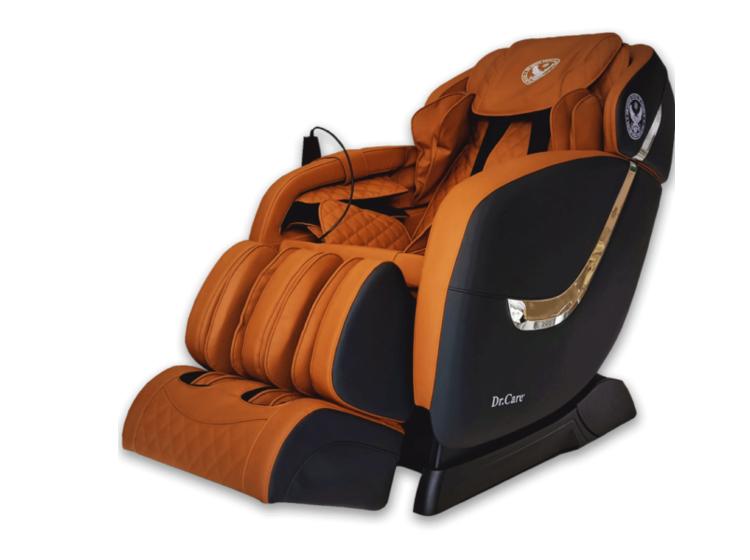 Ghế massage Dr.Care Golfer GF838 bên ngoài màu đen, nội thất đỏ - đen, kích thước 128 x 83 x 120 cm. Thân ghế viền thanh inox. Ghế có chức năng xông nóng, tích hợp 2 máy massage với tổng cộng 8 tay đấm, túi khi dọc thân ôm sát cơ thể, khối bi lăn 3D lòng bàn chân. Ghé có thể thực hiện các bài tập yoga tự động, giúp kéo căng cánh tay, gáy cổ và cột sống, kéo giãn căng cơ toàn thân với công nghệ massage 4 chiều. Có chương trình massage thích hợp dành cho nhiều lứa tuổi. Loa bluetooth chính hãng Mỹ tăng thư giãn cho người dùng. Sản phẩm bảo hành 5 năm. Giá gốc 61 triệu, đang ưu đãi 49% còn 31 triệu đồng.